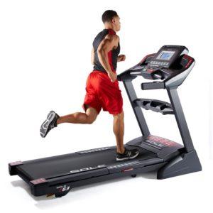 Entrenador personal para perder peso. Cinta de correr
